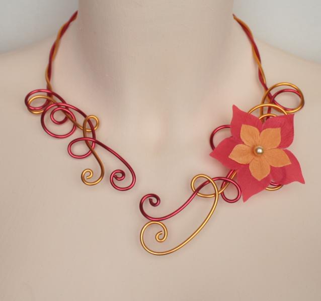 Collier mariage fleur rouge jaune safran orange