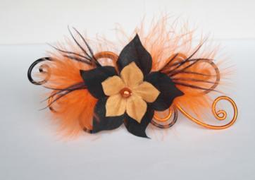 Epingle à cheveux orange noir fleurs plumes