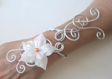 Bracelet mariage fleur en soie blanche, perle orange