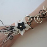 Bracelet_mariage_vanille_noir_+_fleurs_+_plumes