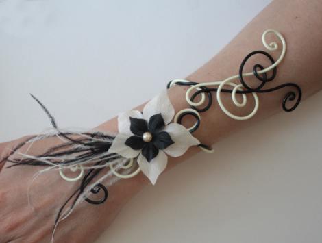 Bracelet mariage fleurs et plumes noir et vanille