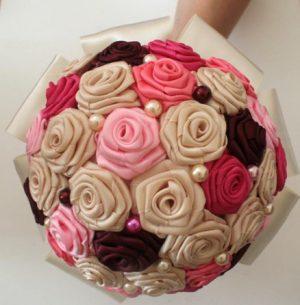 Bouquet de fleurs ivoire rose bordeaux