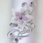 Bracelet_mariage_blanc_nacré_fleur_et_strass_violet