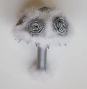 Bouquet de fleurs artificielles blanc et gris